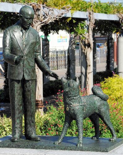 津市の久居駅前にある「上野英三郎博士とハチ公」像=2012年