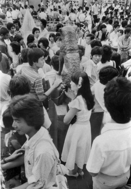 土曜日の夕方、ハチ公前広場は若者たちでぎっしり=1981年