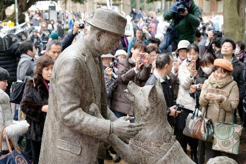 東京大学にはハチと上野博士が一緒にいる銅像がある