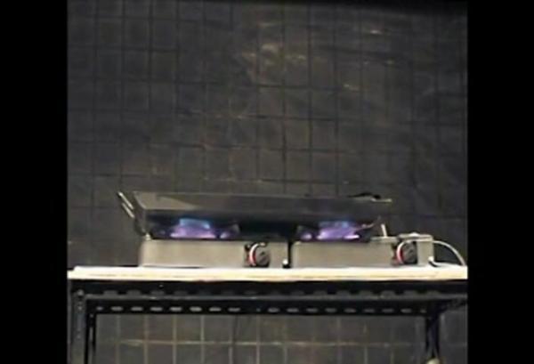2台のコンロに鉄板を置いた実験=NITE提供