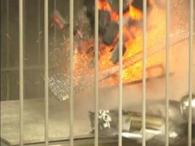 実験でも、炭火を加熱中にボンベが破裂した=NITE提供
