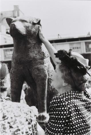 再建されたハチ公像に触れるヘレン・ケラーさん=1948年