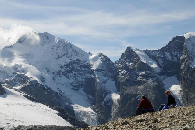 万年雪をかぶった4千メートル級の山々と、白銀の氷河の世界が手軽に楽しめるディアボレッツァ氷河は、日本人にも人気の観光地だ=スイス南東部、2008年