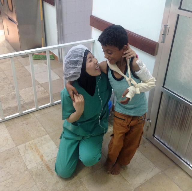 大量出血で運び込まれたものの、無事退院することができた男の子と抱き合う白川さん(左)