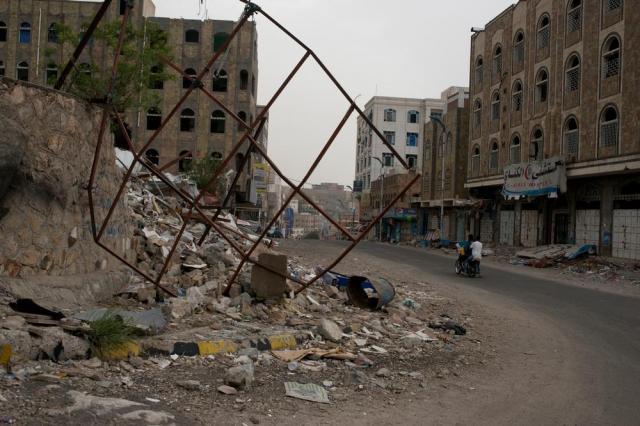 空爆によって破壊されたタイズの学校=2015年7月