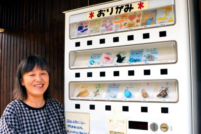 折り紙の自動販売機と、設置した岡野千鶴さん=2016年11月15日