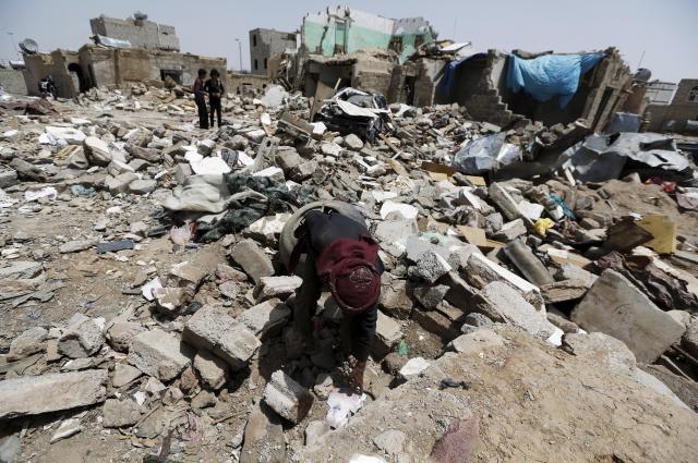 空爆を受けた空港近くの民家=2015年5月、イエメン・サヌア