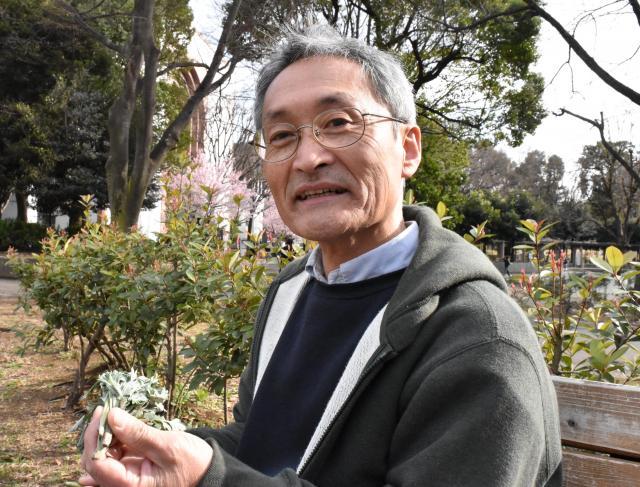 尻拭き用の葉っぱをおもむろにバッグから取り出す伊沢さん