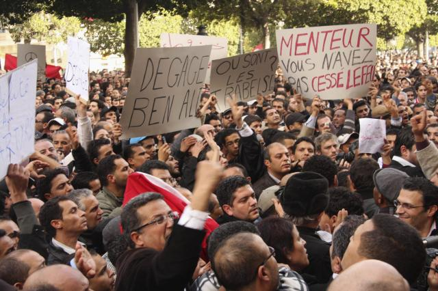 チュニジアの首都チュニスで、ベンアリ大統領の退陣を求めてデモをする人びと=2011年1月14日