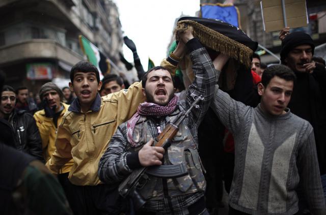 シリア北部アレッポで、アサド政権軍に殺害されたという同僚の死を悼む自由シリア軍の兵士=2012年12月21日