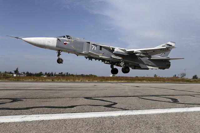シリア北西部ラタキア近郊の空軍基地を離陸するロシアの戦闘爆撃機Su24=2015年9月20日