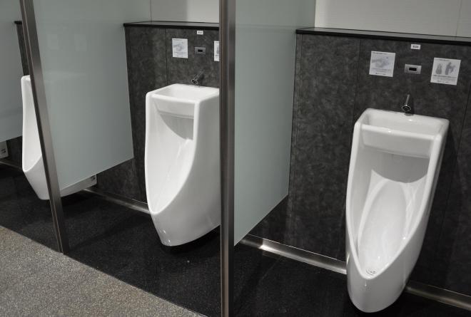 大津サービスエリアの「手洗い器つき小便器」が並ぶ男子トイレ