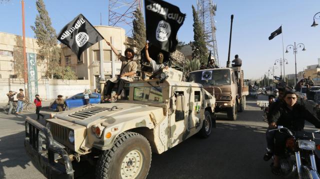 シリア北東部ラッカ近郊で、パレードをする過激派組織「イスラム国」(IS)=2014年6月30日