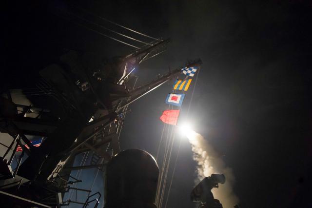 地中海からシリアに向けて巡航ミサイル「トマホーク」を発射するアメリカの駆逐艦ロス=2017年4月7日