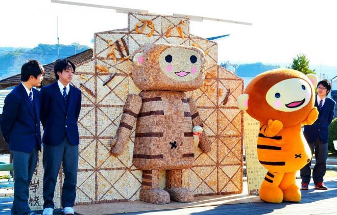 2015年の「パン祖のパン祭」の様子。着ぐるみは地元の商工会青年部が作った自称「日本一ゆるすぎるキャラクター」、ぬえ左右衛門