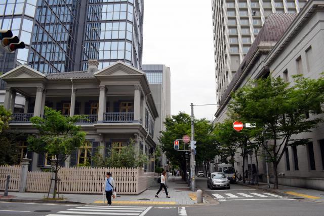 居留地の面影を残す「15番館」(左)が建つ街角=2015年6月11日、神戸市中央区浪花町