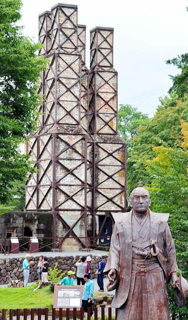 江川英龍像と、英龍が中心となって造り世界遺産にも登録された「韮山反射炉」=2016年6月、静岡県伊豆の国市