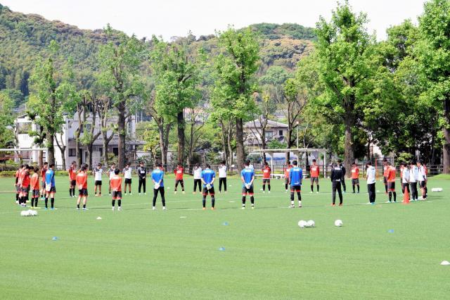 昨年5月2日、熊本地震後の練習再開にあたって、練習前に黙するを捧げる熊本の選手たち=熊本市東区