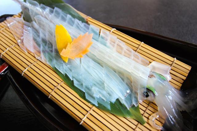 駅内にあるレストラン「桃山亭海舟」では活イカ料理が食べられる