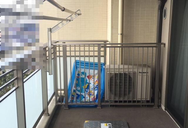 室外機や物が柵で囲われている=Safe Kids Japan提供(背景を加工しています)