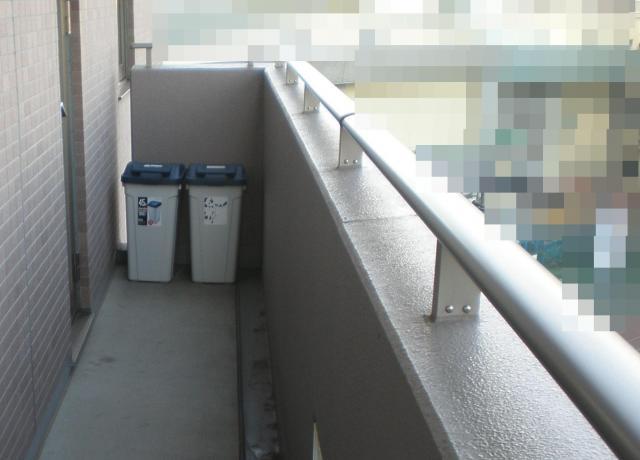 柵の近くにゴミ箱=Safe Kids Japan提供(背景を加工しています)