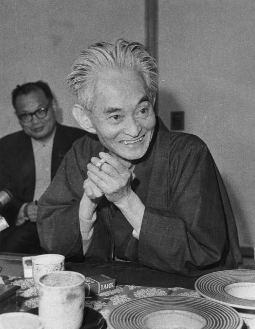 ノーベル文学賞受賞が決った翌日、取材に応じる川端康成=1968年10月18日
