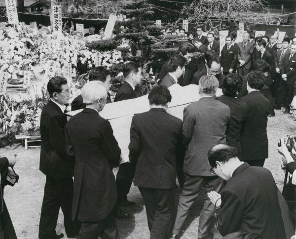 花が飾られた庭から運び出される川端康成の棺=1972年4月18日