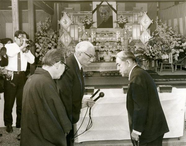 川端康成氏の遺影の前で言葉を交わす佐藤栄作首相(右)と林房雄さん(左端)と上森子鉄さん=1972年4月17日