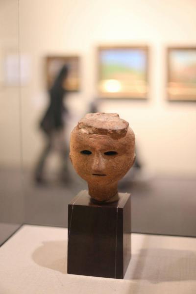 久留米市美術館で特別展に出展された「埴輪」。川端康成が「ほのぼのとまどかに愛らしい」と表現した=2017年4月2日