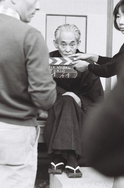 ノーベル受賞発表の翌日には、フランスのニュースカメラの前で、ポーズを決めた=1968年10月18日