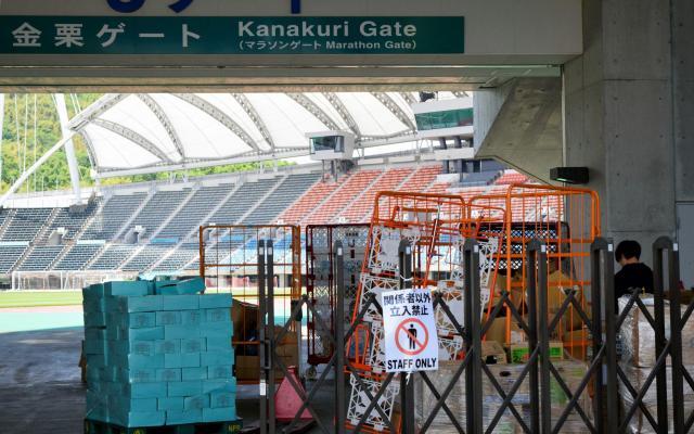 救援物資が山積していた熊本の本拠スタジアム=昨年5月、熊本市東区