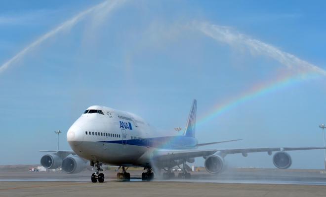 日本の航空会社の旅客機として最後のフライトを終え、放水で祝福される全日空のボーイング747型機=2014年3月31日、羽田空港