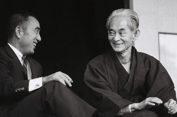 ノーベル賞の受賞を受け三島由紀夫と談笑する川端康成=1968年10月18日
