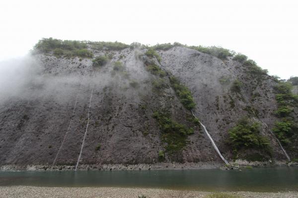 高さ100㍍、幅500㍍の大岩壁は国の天然記念物