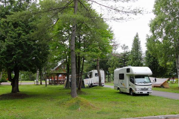 「びふか」のキャンプ場。電源のないフリーサイトで、木立の中の気持ちいい場所