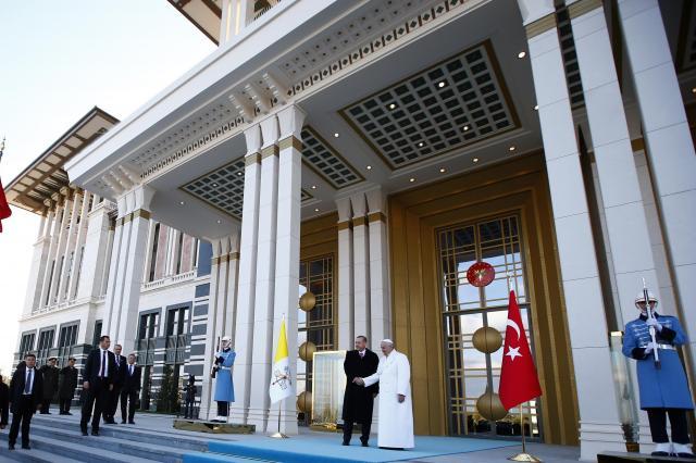 トルコの大統領公邸でローマ・カトリック教会のフランシスコ法王を向かえるエルドアン氏=2014年11月28日