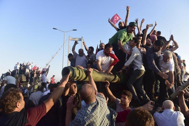 イスタンブールで、投降した戦車によじ登る市民ら=2016年7月16日