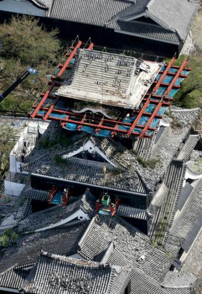 復旧工事が進む熊本城。大天守の最上部を足場設置のための鉄骨が貫いていた=2017年4月18日、朝日新聞社ヘリから、河合真人撮影