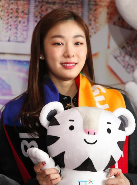 平昌冬季五輪のマスコットキャラクターのぬいぐるみを持つ広報大使のキム・ヨナさん=2017年2月9日