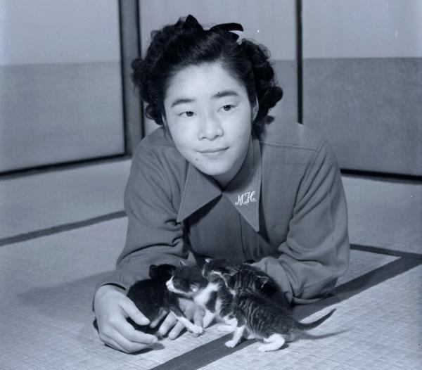 サザエさん作者の長谷川町子さん。若き日の姿はそっくり=1951年