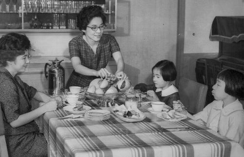家族とおやつを取る長谷川町子さん(正面)=1963年5月、東京都世田谷区