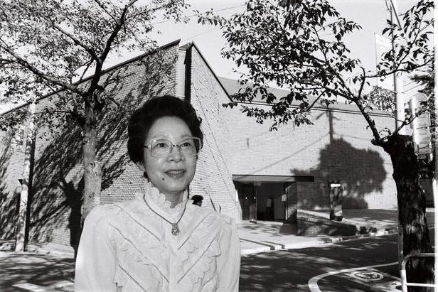 長谷川美術館の前で「開館が楽しみです」と語る長谷川町子さん=1985年10月
