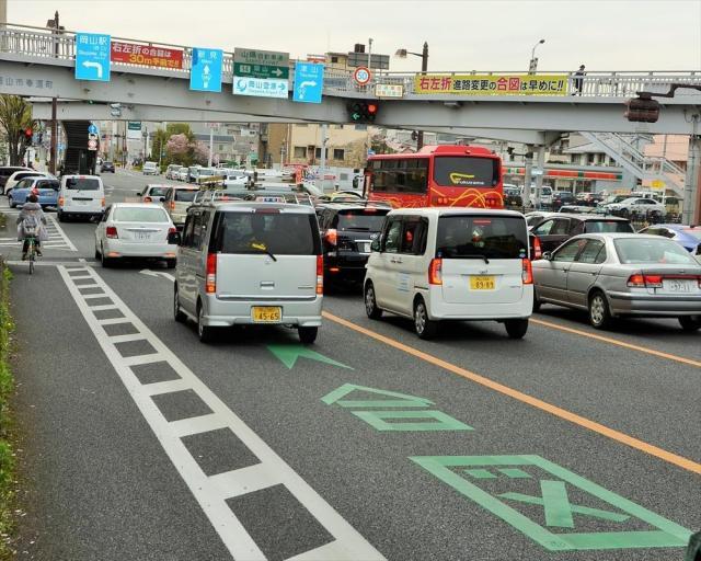 路面や歩道橋にウィンカーを出すよう促す表示があるJR岡山駅近くの交差点
