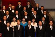 記念写真に納まる第3次安倍再改造内閣の閣僚たち=2016年8月、首相官邸
