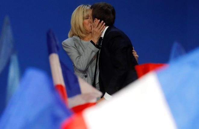 決戦投票への進出を決めた日の集会で、キスをするマクロン夫妻。似合いのカップルですね=2017年4月23日