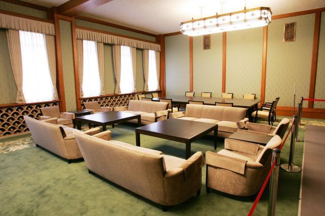 旧首相官邸(現首相公邸)にある、旧閣議室。当時は楕円の卓を囲み、書類を回していた=2005年4月