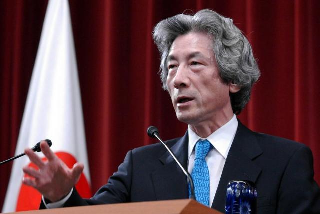 郵政民営化法案が参院で否決されたことを受け、衆議院を解散し記者会見する小泉純一郎首相(当時)=2005年8月、首相官邸