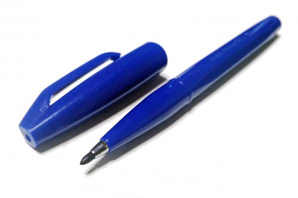 見慣れたデザインのサインペン
