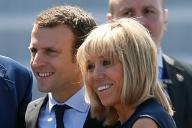 フランス大統領候補のマクロン氏(左)と、妻のブリジットさん。25歳の年の差は感じさせません=2016年7月14日