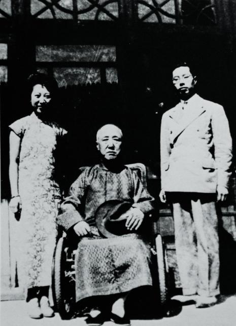 王昭氏の父母と、祖父・清王朝摂政王載灃(中央)